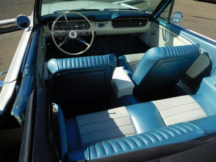 Wimbledon white Ford Mustang convertible 1965 blue white interior